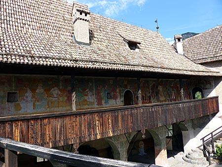 Farbenreicher Spaziergang durch das Mittelalter auf Burg Runkelstein