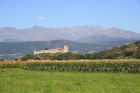 Piemont - Landschaft mit dem Castello di Pavone
