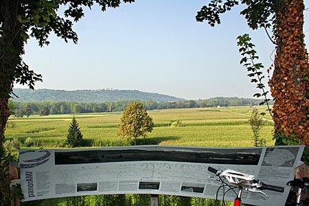 Piemont - am Aussichtspunkt von Settimo Rottaro, Blicke ins Umland und aufs Castello di Masino (im Dunst)