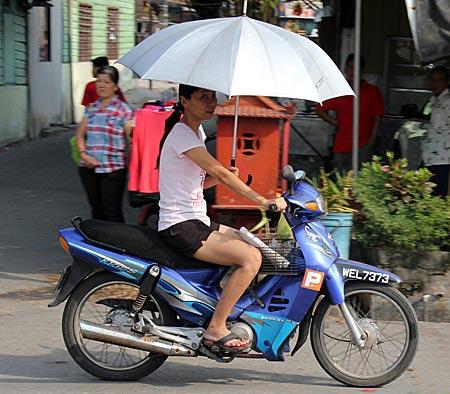 Malaysia - Kuala Lumpur - Rollerfahrerin