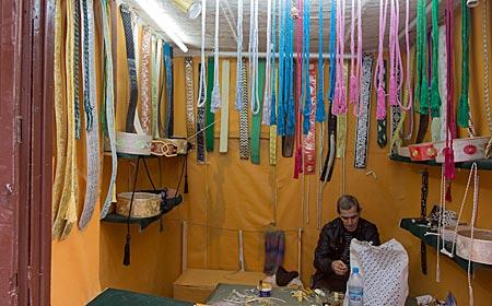 Marokko - eine der vielen kleinen Schneiderwerkstätten in der Altstadt von Fes