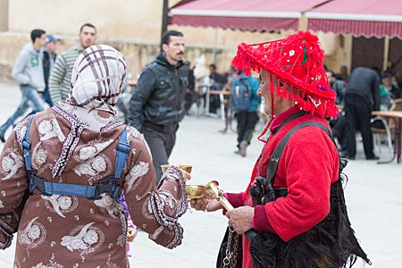 Marokko - Wasserverkäufer in traditioneller Tracht in der Altstadt von Fes