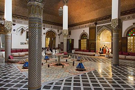 Marokko - Restaurant in einem traditionellen Rijad (Innenhof) in der Altstadt von Fes