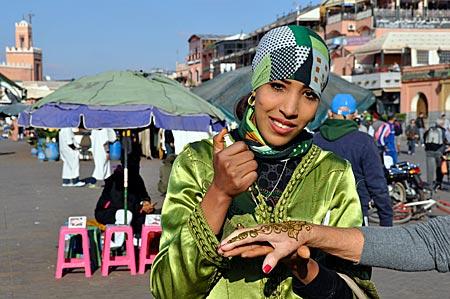 Handbemalung mit Henna auf dem Gauklerplatz Jemaa el Fna in Marrakesch, Marokko