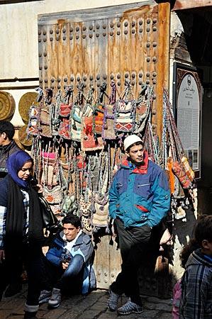 Souvenirverkäufer im Souk von Fès, Marokko