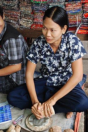 Myanmar - Mingei rührt Paste an