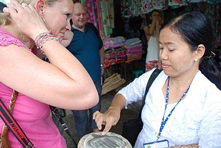 Myanmar - Kwhin und deutsche Touristin