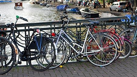 Niederlande - Amsterdam - Fahrräder an einem Brückengeländer