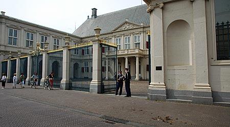 Niederlande - Den Haag - Diplomatische Pferdeäpfel (rechts unten) vor dem Königlichen Palast Noordeinde
