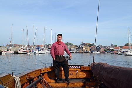 Niederlande - Flevoland - Stolzer Kapitän: Lammert Post auf seinem Boter bei der Ausfahrt aus dem Hafen von Urk