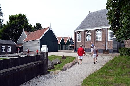 Niederlande - Flevoland - Kirche und rekonstruierte Fischerhäuser im Museum Schokland, einer früheren Insel