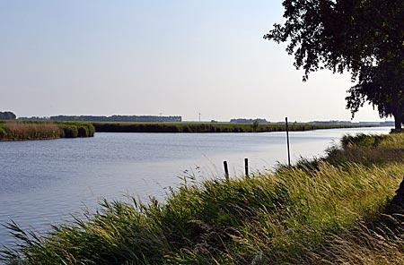 Niederlande - Stilles Flevoland, typisch Niederlande: Landschaft mit Kanälen und Feldern
