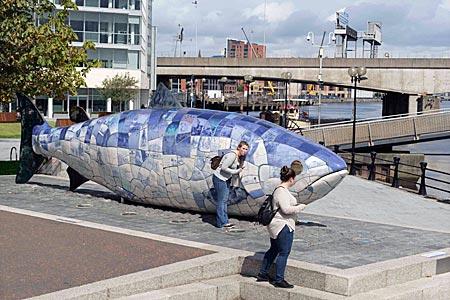 Nordirland - beliebter Treffpunkt: Der blaue Fisch im neuen Hafenviertel von Belfast