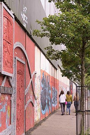 """Nordirland - """"Friedensmauer"""" trennt die katholische Falls von der protestantischen Shenkill Road in West Belfast"""