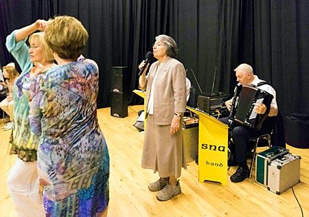 """Nordirland - traditioneller irischer Tanzabend """"Ceili"""" im Kulturzentrum Culturlann in West Belfast: Musiker spielen irische Lieder"""