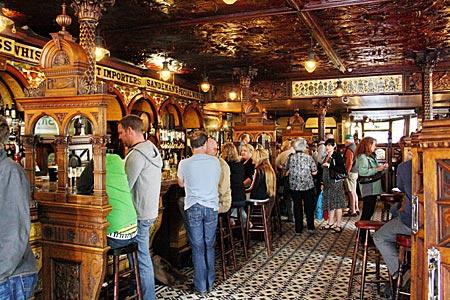 "Nordirland - Belfast - im altehrwürdigen ""Crown Liquor Saloon"""