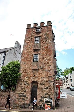 Nordirland - Der Curfew Tower in Cushendall, in den einst Unruhestifter und Müßiggänger gesperrt wurden