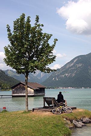 Österreich - Achensee - Neu gestaltet. Die Uferpromenade bietet viele kleine Ruheinseln