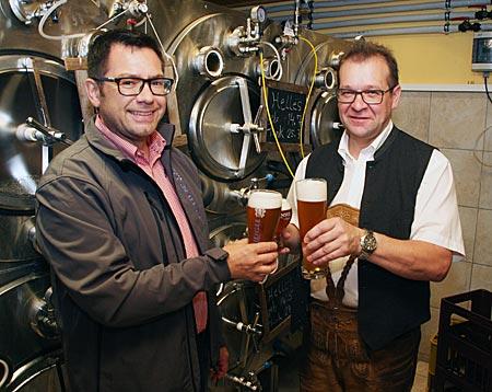 Österreich - Achensee - Markus Kofler (links) und Alois Rupprechter in Ihrer Gasthofbrauerei mit einem frisch gezapften Achensee-Bier