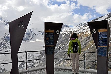 Startplatz des Alpe-Adria-Trails an der Kaiser-Franz-Josef-Höhe unter dem Großglockner. Hohe Tauern, Kärnten, Österreich