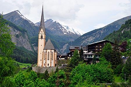 Kirche von Heiligenblut mit dem Großglockner im Hintergrund. Hohe Tauern, Kärnten, Österreich