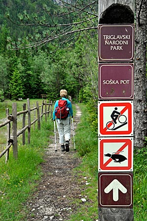 Wandern auf dem Soca-Weg im Triglav-Nationalpark, Slowenien