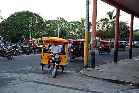 Peru - Iquitos - Motokars auf dem Malecón