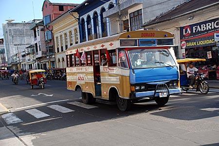 Peru - Iquitos - Motokars und Busse prägen das Stadtbild