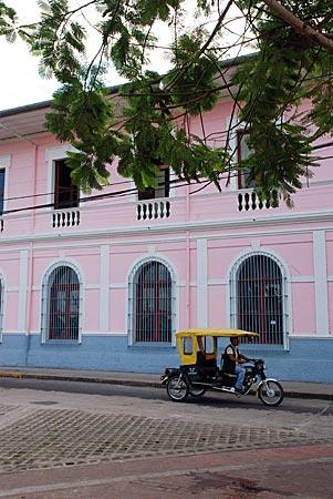 Peru - Iquitos - Motokar vor restaurierter Fassade