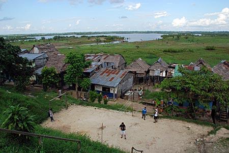 Peru - Iquitos - Pfahlhäuser vor Amazonas
