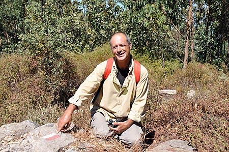 Portugal - Algarve - Serra de Monchique: Wanderführer Lúcio Feio an einem Wegweiser der Via Algarviana