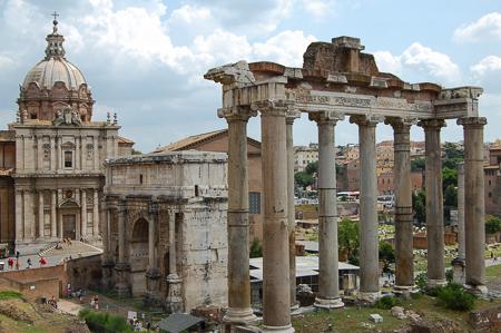 Forum Romanum mit Saturn-Tempel, Septimius-Severus-Bogen und der Kirche Santi Luca e Martina