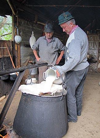 Rumänien - Transsilvanien - George Corco sen. und jun. verarbeiten ihre Milch vor Ort zu Käse