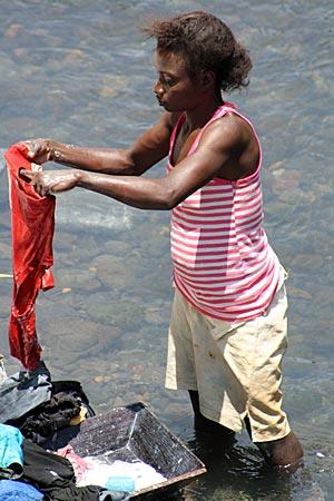 São Tomé - Frau wäscht Wäsche am Fluss