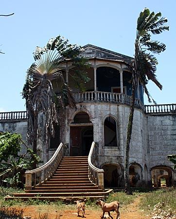Ehemaliges Krankenhaus in portugiesischer Kolonialbauweise auf São Tomé