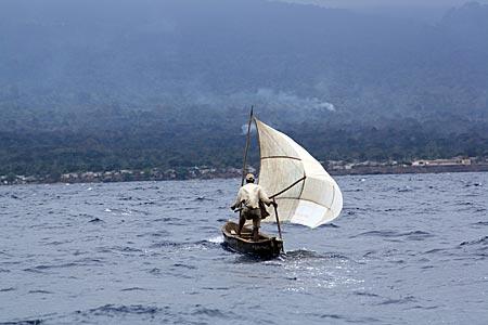 Fischer vor Príncipe im tosenden Atlantik