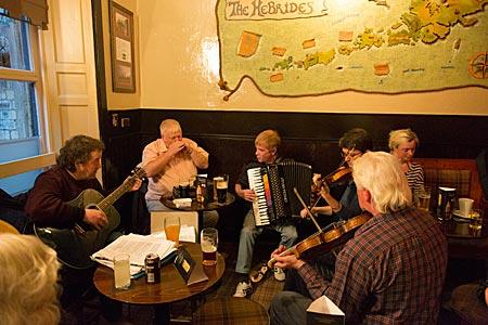 Schottland - Kneipe The Hebrides in Edinburgh, traditionelle spontane schottische Musiksession celidh