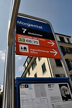 """Wegweiser zur Jugendherberge Zürich, Haltstelle """"Morgental"""", Straßenbahn Nr. 7"""