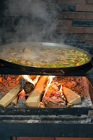 Gruppe lernt Paella kochen in The Workshop in Valencia