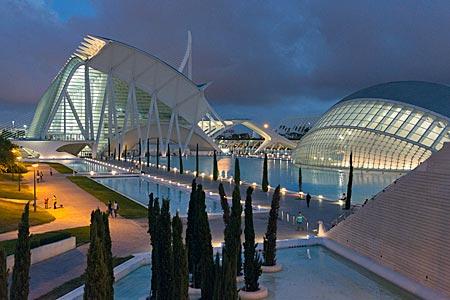 Spanien - Bauten der Stadt der Künste und der Wissenschaft nach Plänen des Architekten Santiago Calatrava in Valencia im Abendlicht