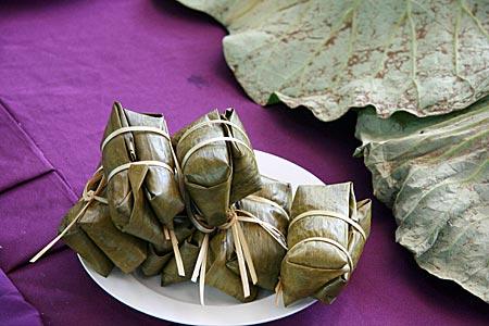 Thailand - Phitsanulok - in Bananenblättern verpackte Lebensmittel