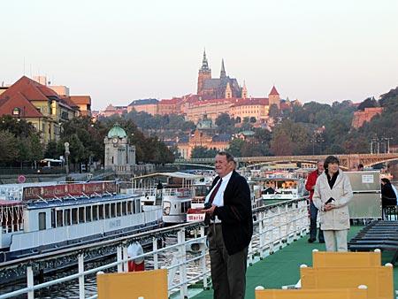 Tschechien - Frühaufsteher betrachten und fotografieren das goldene Prag