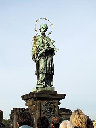 Tschechien - Prag - Johannes Nepomuk Statue auf der Karlsbrücke