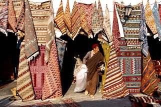 Teppichhändler  Tunesien - Douz - schwarzaufweiss