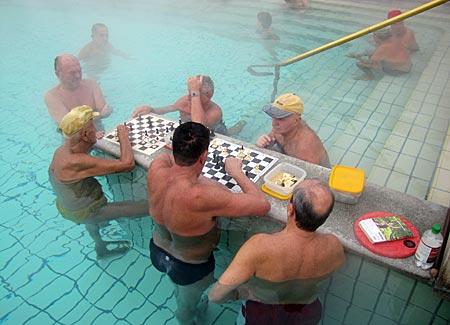 Ungarn - Budapest - Széchenyi-Bad - Einheimische beim Schachspiel