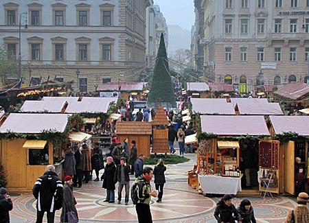 Ungarn - Budapest - Weihnachtsmarkt vor der Sankt-Stephans-Basilika