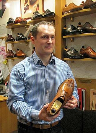 Ungarn - Budapest - Vass_Schuhe - Kuti Rezsö präsentiert einen Budapester Schuh