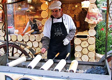 Ungarn - Budapest - Kürtöskalács: Hefespindeln, die über glühenden Kohlen kross gebacken werden