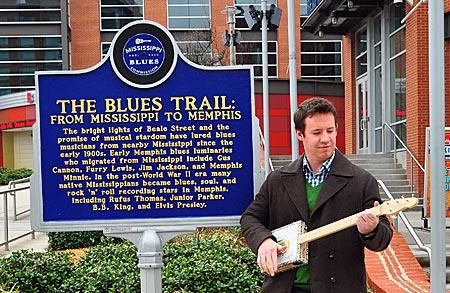 USA - Der Tourismus-Manager Jonathan Lyons mit einem Souvenir aus Memphis